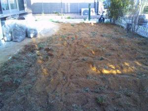 前庭を耕運機で造成